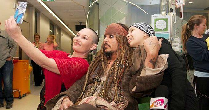 Johnny Depp visita hospital