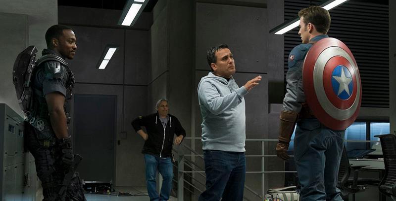 Anthony Mackie, Joe Russo e Chris Evans no set de Guerra Civil