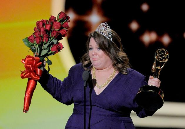 Melissa McCarthy e seu Emmy por Mike & Molly, em 2011