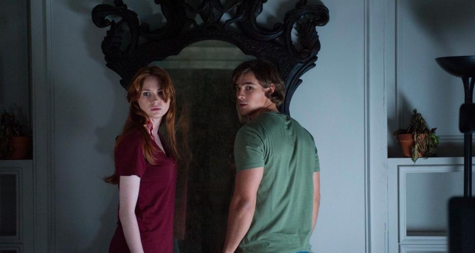 Karen Gillan e Brenton Thwaites em O Espelho (2013)