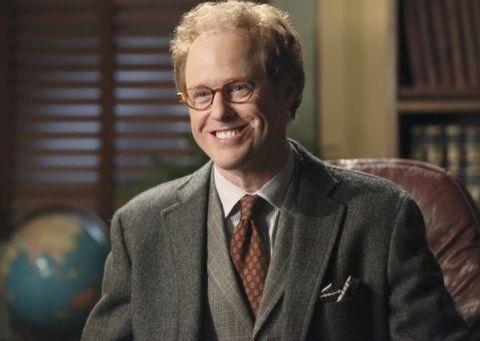 Raphael Sbarge como o Dr. Hopper