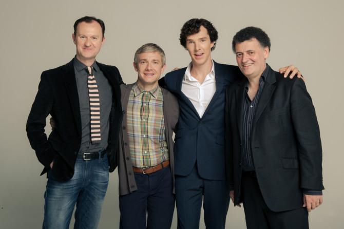 Mark Gatiss e Steven Moffat (nas pontas) posam com os astros de Sherlock