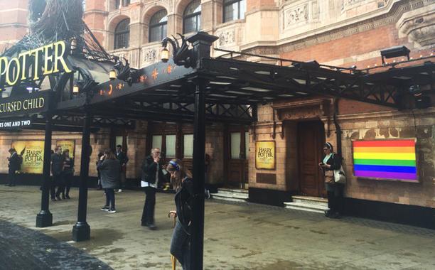 Teatro que exibia Harry Potter and the Cursed Child exibiu bandeira LGBT após ataque em Orlando
