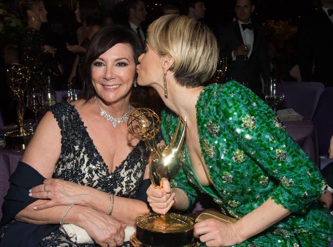 Marcia Clark (esquerda) e Sarah Paulson com o Emmy que Sarah ganhou por interpretar a advogada