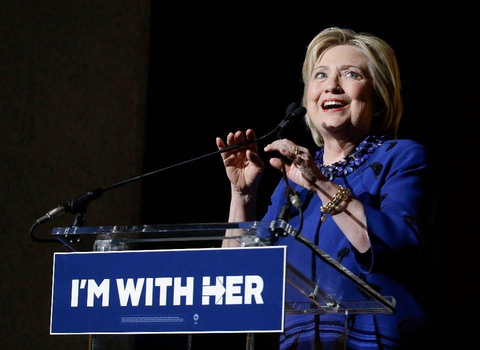 """Hillary Clinton e seu slogan de campanha, """"Eu Estou com Ela"""""""