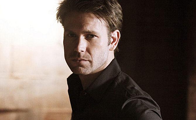 Matt Davis como Alaric em The Vampire Diaries