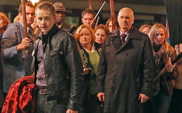Alan Dale em Once Upon a Time (ao fundo)