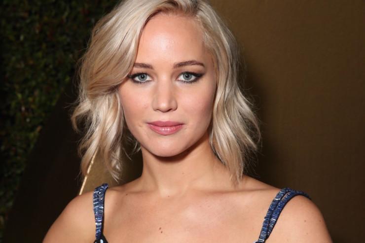 Jennifer Lawrence enfrenta frio para manter o 'look' em evento