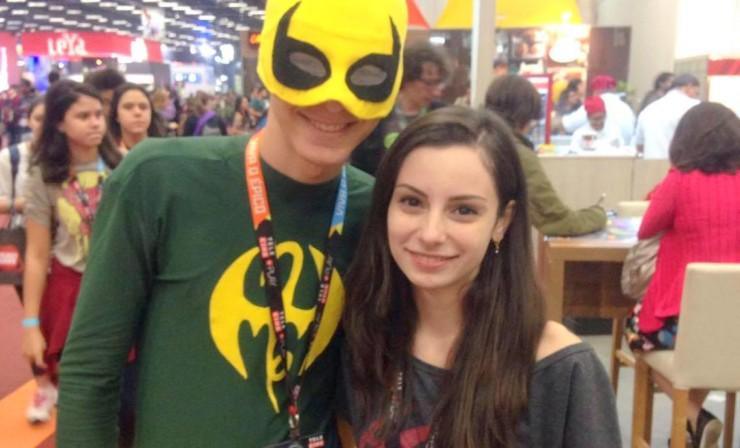 Paulo Vitor (fazendo cosplay de Punho de Ferro) e Clara