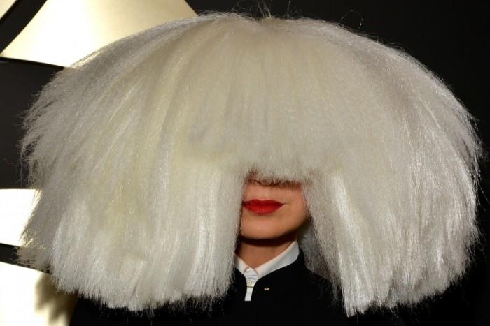 Sia publica foto nua para que os paparazzi não a vendam