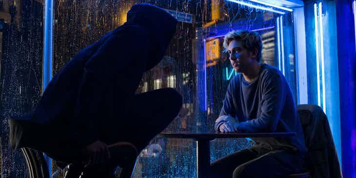 Light (Nat Wolff) e Ryuk (Willen Dafoe) juntos no filme Death Note