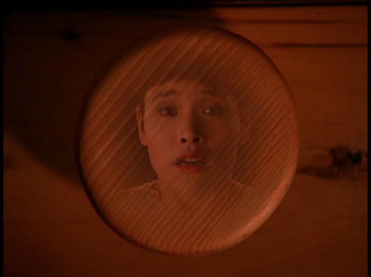 Personagem Josie presa em um botão de gaveta em Twin Peaks