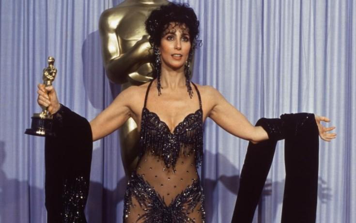 Cher com seu Oscar, em 1988