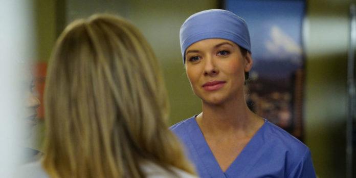 Tessa Ferrer como Leah Murphy.
