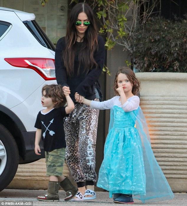 Megan Fox com os filhos; à direita, o pequeno Noah usando um vestido