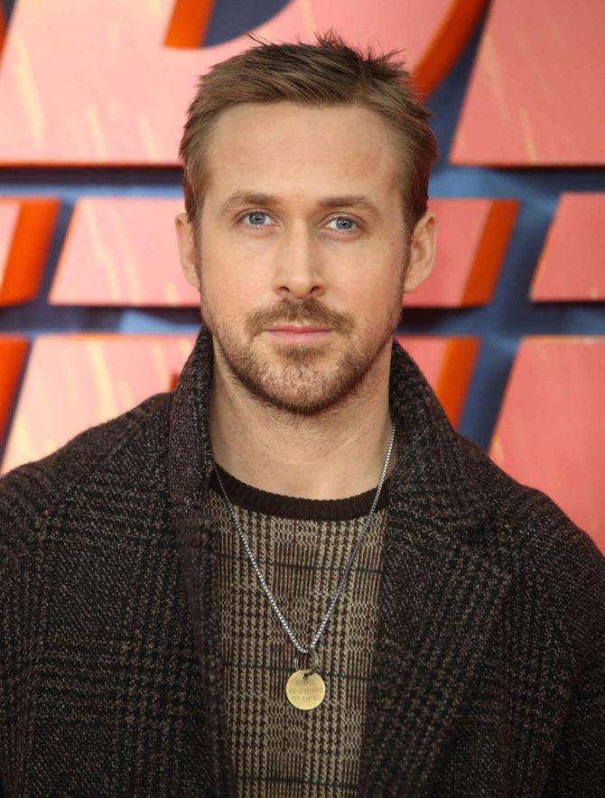 Ryan Gosling com o pingente de George.