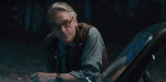 O mordomo Alfred (Jeremy Irons) em Liga da Justiça.