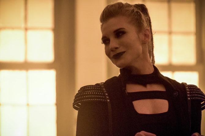 A atriz Katee Sackhoff, como Forja em The Flash.