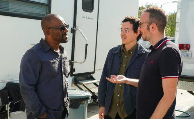 O ator Lennie James com a equipe de produção de Fear the Walking Dead.