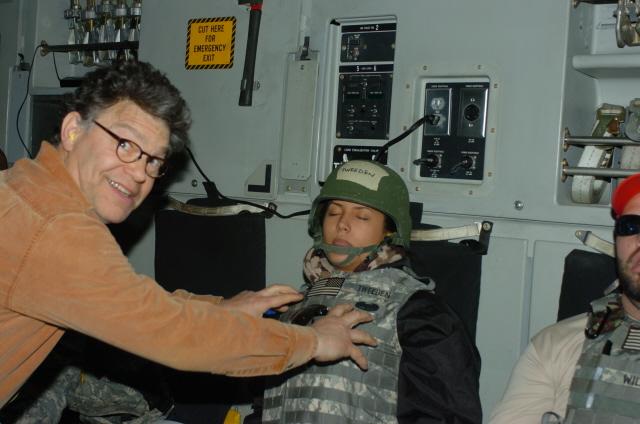 O senador Franken com Tweeden no avião, retornando de uma apresentação cômica para o exército americano