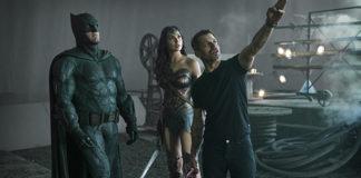 Zack Snyder dirigindo Liga da Justiça.