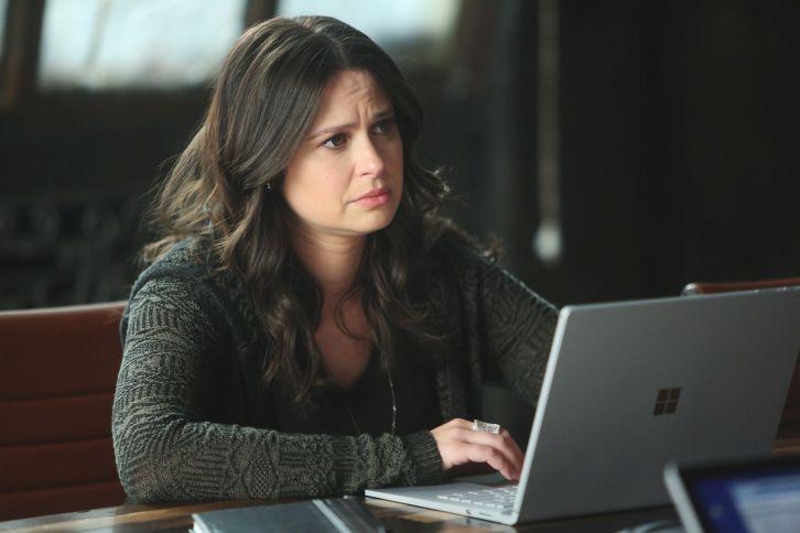 Katie Lowes como Quinn em Scandal
