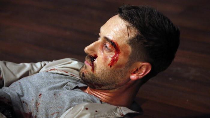 Tom (Ryan Eggold) em seus últimos momentos de vida