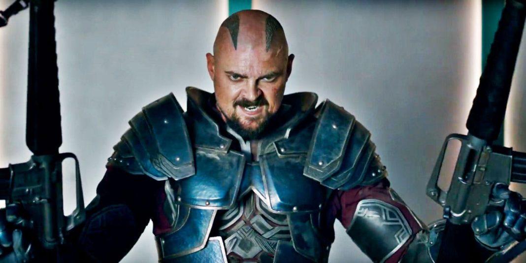 Shurge (Karl Urban) em Thor: Ragnarok.