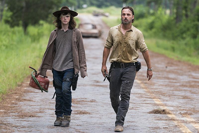 Rick e Carl no último episódio de The Walking Dead em 2017