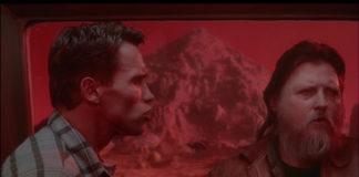 Mickey Jones e Arnol Schwarzenegger em O Vingador do Futuro