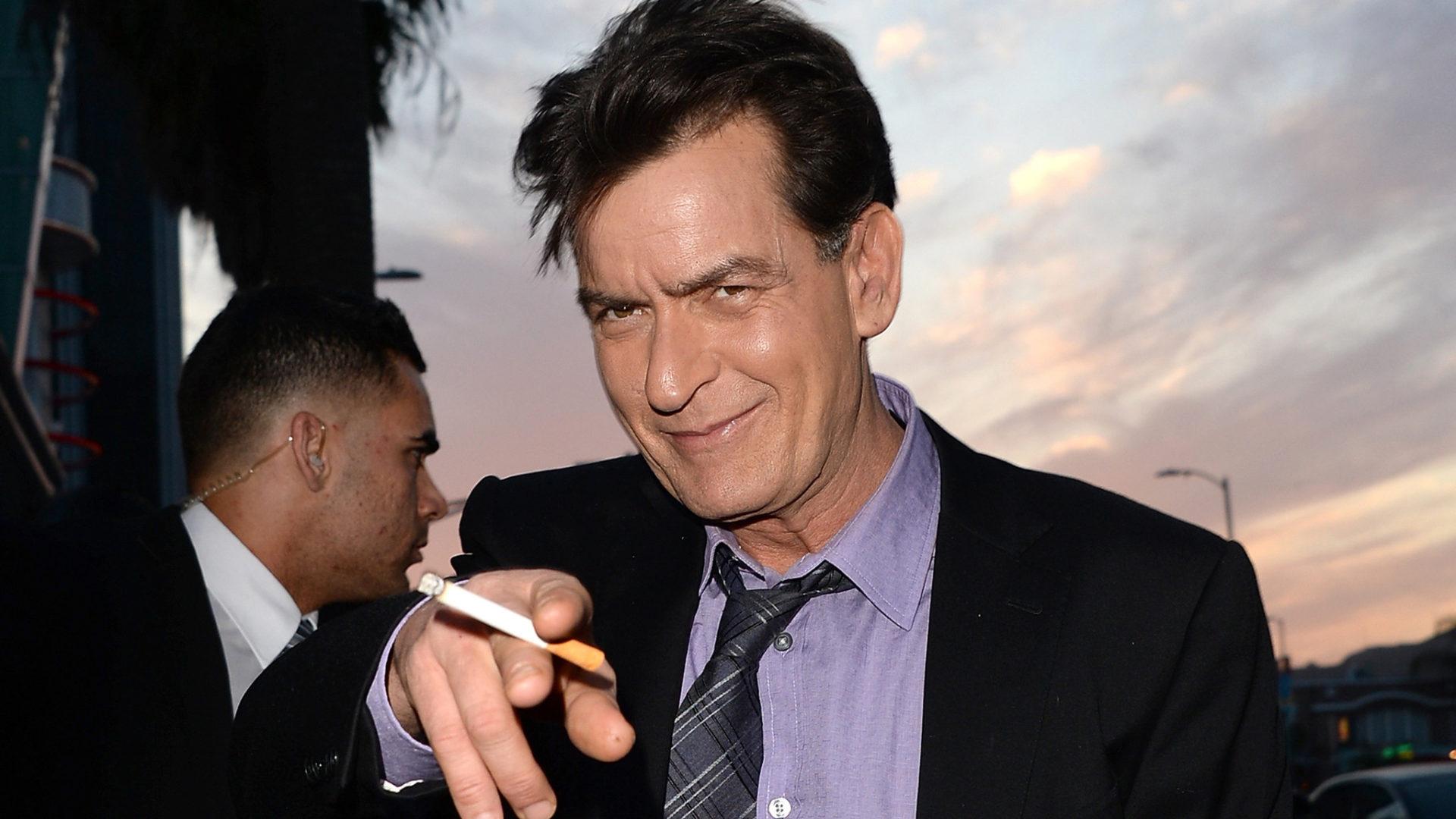 Ex-Disney recusa beijo em Charlie Sheen em filme e depois reclama com produção