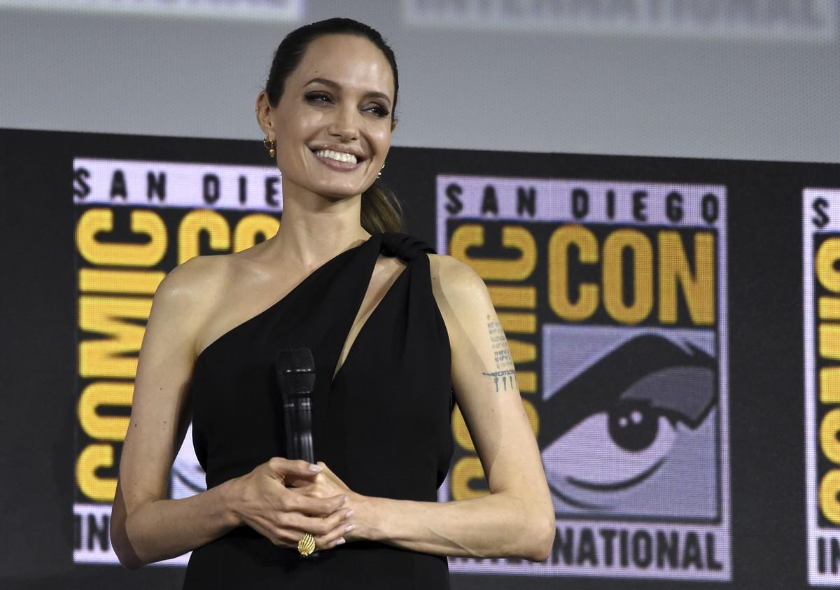 Angelina Jolie divulgando Os Eternos na Comic-Con
