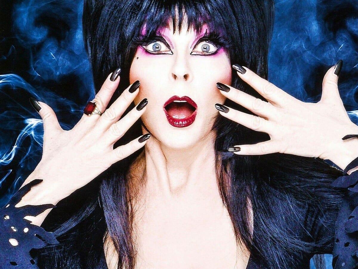 Elvira, a Rainha das Trevas, sai do armario