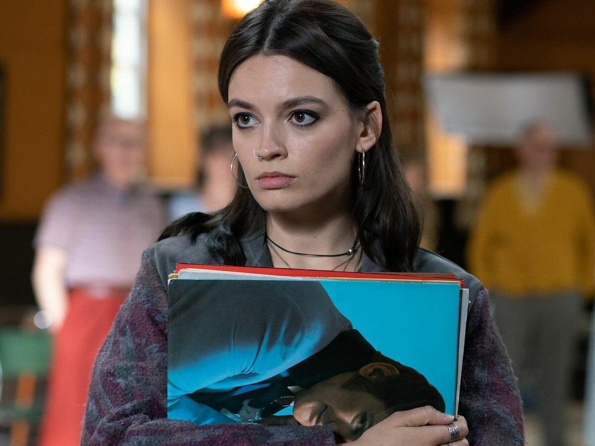 Atriz de Maeve pode deixar Sex Education após 3ª temporada
