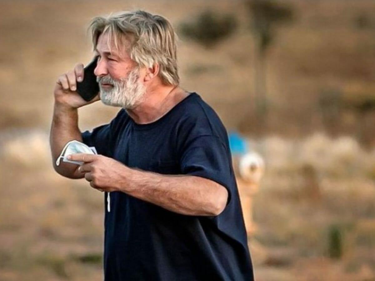 Arma cenográfica de Alec Baldwin falha e mata diretora de novo filme